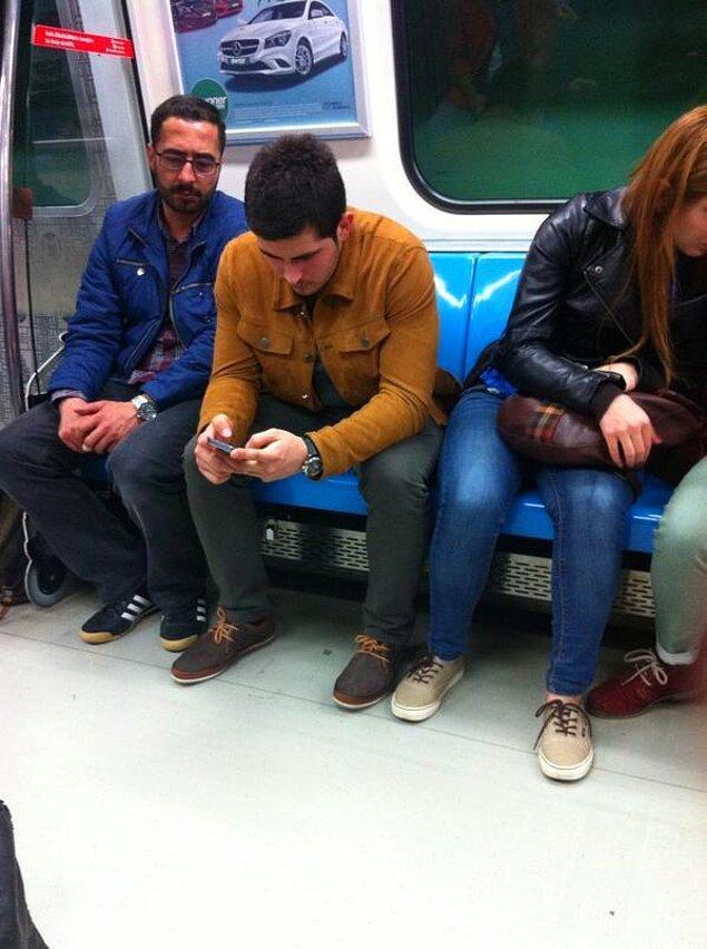 Kimisi de zaten elindeki akıllı telefona gömüldüğü için değil yaşlıları, yanındakini bile fark edemiyor. Bazen sizde de öyle olmuyor mu?