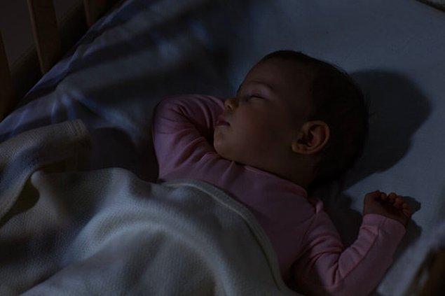5. Gündüz ve gece uykularını ayırt edebilmesi için odasının aldığı ışığı uygun hale getirin.