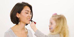 Ebrar Alya Demirbilek, Kadınlara Makyaj Yapıyor!