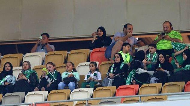Kadınlar maçları stadyumda kendilerine ayrılan, eşleri ve çocukları ile ya da yalnız olarak oturabilecekleri özel bölümlerden izleyecek. Bu bölümlerde oturan kadınlara erkeklerin eşlik etmesi koşulu aranmayacak.