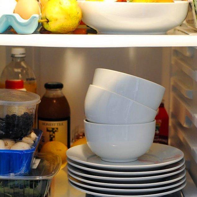 21. Sıcak bir yemek servis ederken tabakları ısıtın, soğuk yiyecekler için de soğutun.