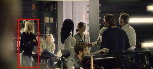 """3. Yine aynı bölümde """"Örümcek Adam"""" filminin Mary Jane'i Kirsten Dunst şöylece bir gösteriyor kendini."""