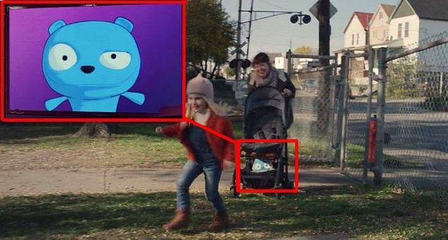 """9. """"Arkangel"""" bölümünde Sara'nın bebek arabasındaki yemek çantasının üzerinde 2. sezon  """"The Waldo Moment"""" bölümünün karakteri olan Waldo'nun resmini görebilmeniz mümkün."""