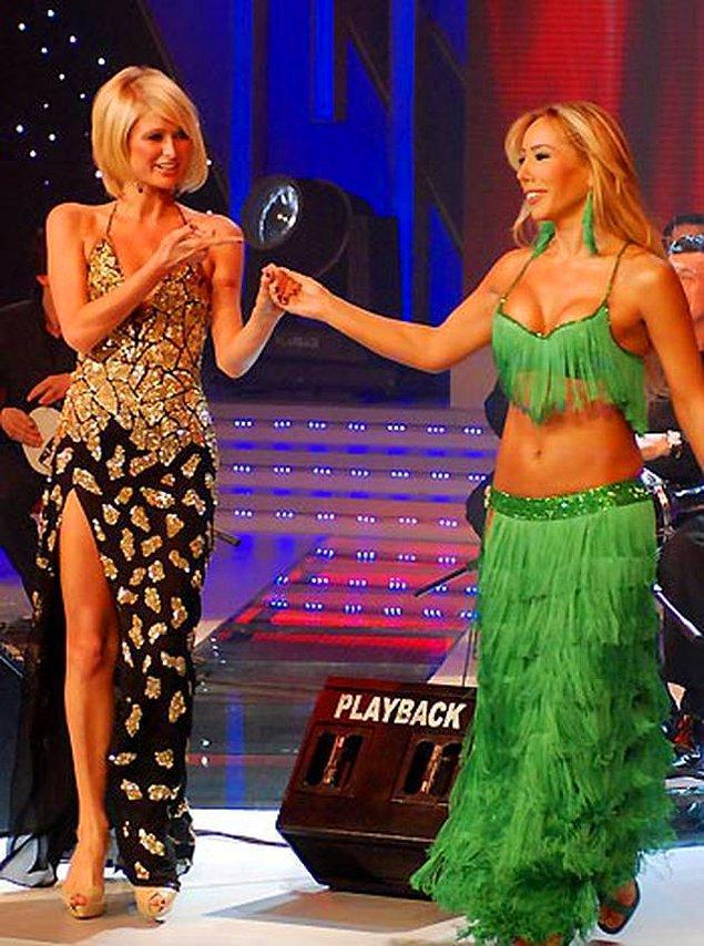 8. Paris Hilton bir güzellik yarışmasında jüri olmak için ülkemize geldi ve sahnede Asena ile birlikte göbek attı.