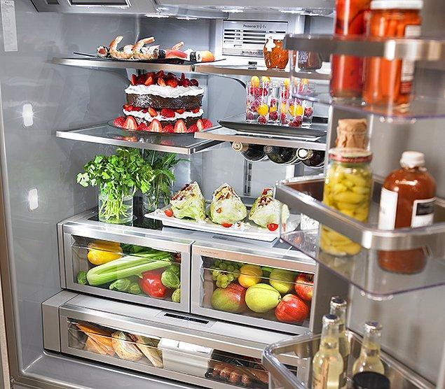 3. Teknolojinin son nimetleriyle donatılmış, içinde mutlaka bir adet yaş pasta, her türlü antin kuntin zengin yiyeceği bulunan buzdolabı.