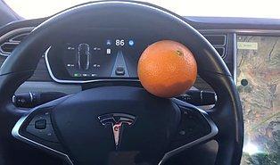Tesla'nın Otomatik Pilotunu Portakalla Kandırdılar