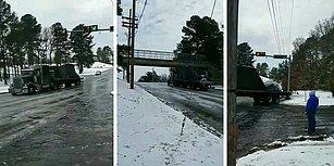 Buzlu Yolda Rampayı Çıkamayan TIR, Geri Geri Kayarak Trafik Lambası Direğini Devirdi