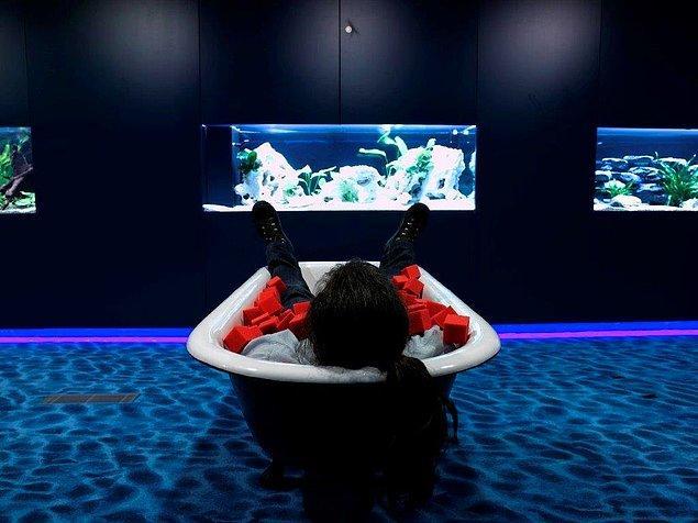 Su temalı dinlenme odasında da süngerle dolu küvetler ve izlemek için akvaryumlar var.
