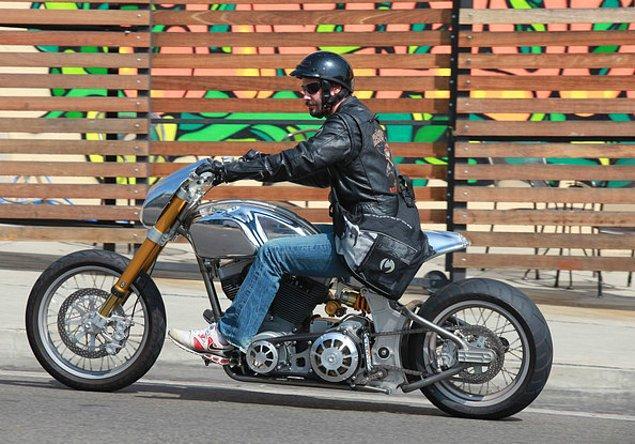 6. Motor sporları takım arkadaşlarının hepsine Harley Davidson hediye eden bir dost.