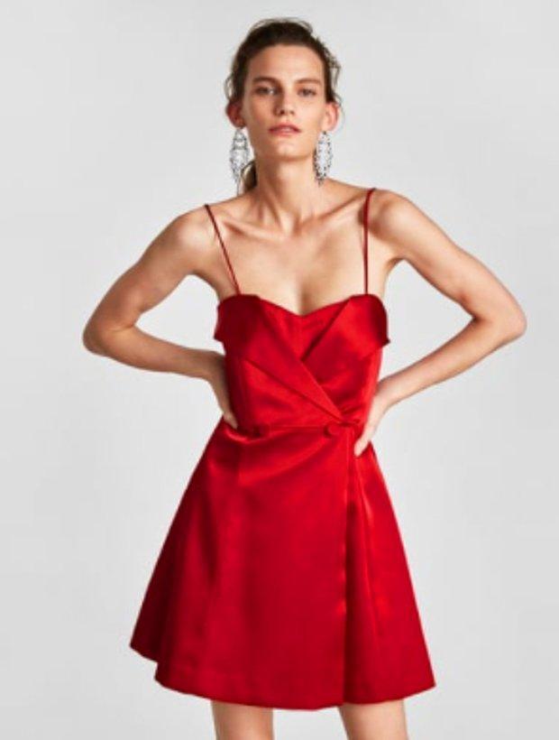 Omzu açık saten elbise