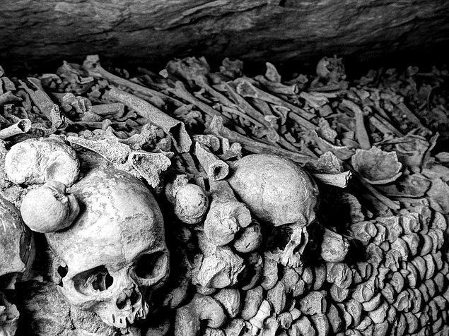 13. Paris Yeraltı Mezarlığı (Catacombes) - Fransa