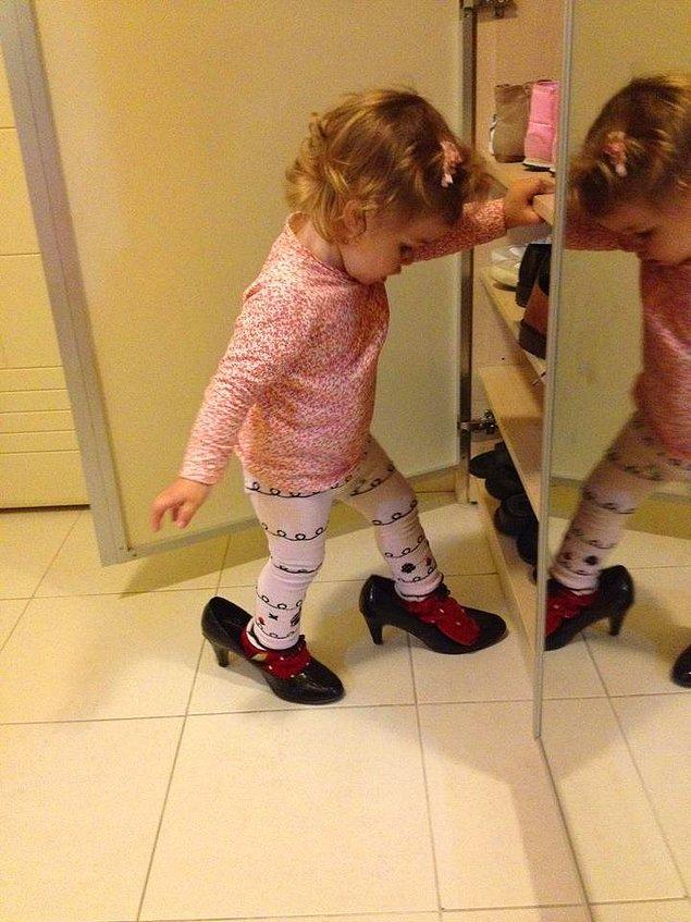 7. Eğer bir kız çocuğunuz varsa, mutlaka annesinin topuklu ayakkabılarına ve rujlarına talip olur.