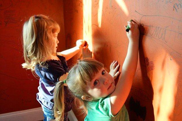 2. Onları 5 dakika yalnız bırakmaya gelmez, boyamadıkları yer kalmaz.