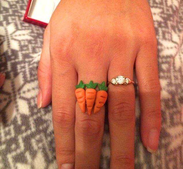 5. Bu genç ise kız arkadaşına istediği 3 karat yüzüğü almış sonunda.