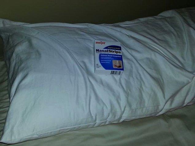 8. Bu adam ise eşine yastığının üzerine bir hediye bıraktığını söylemiş.
