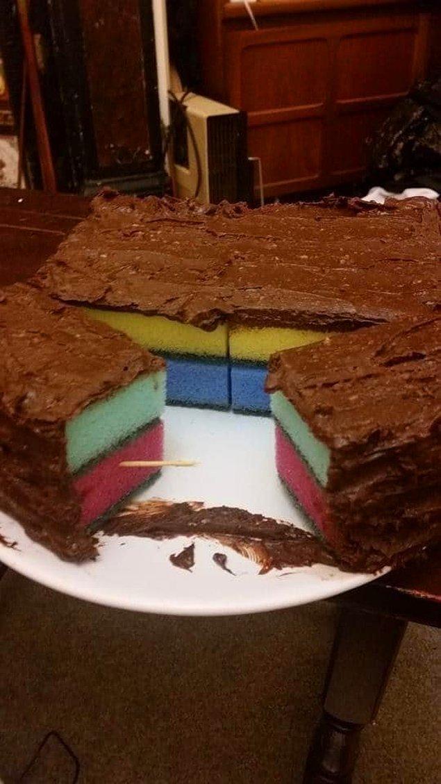 14. Bu genç de sünger kek isteyen sevgilisine böyle bir sürpriz yapıyor.