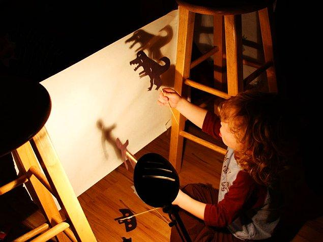 13. Eskiler iyidir: Gölge oyunu ya da kukla tiyatrosu hazırlayın!