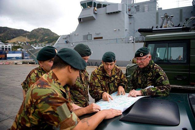 8. Batı'daki ülkeye ulaşım hava ve deniz yoluyla sağlanıyor. Buna uygun planları komutanların sana sundular. Hangisini seçeceksin?