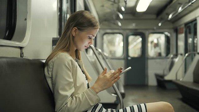 Toplu taşımada dizi izlerken dizinin sahneleri nedeniyle izlediğinden utananların oranı yüzde 13. Kullanıcıların yüzde 77'si tuhaf bir durumda kalsalar bile dizilerini izlemeye devam ediyor.