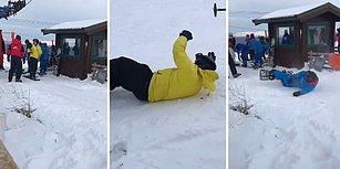 Hayatlarında İlk Defa Snowboard Yapmak İsteyen Arkadaşlarının Yerlerde Yuvarlanmasına Hunharca Gülen Adam