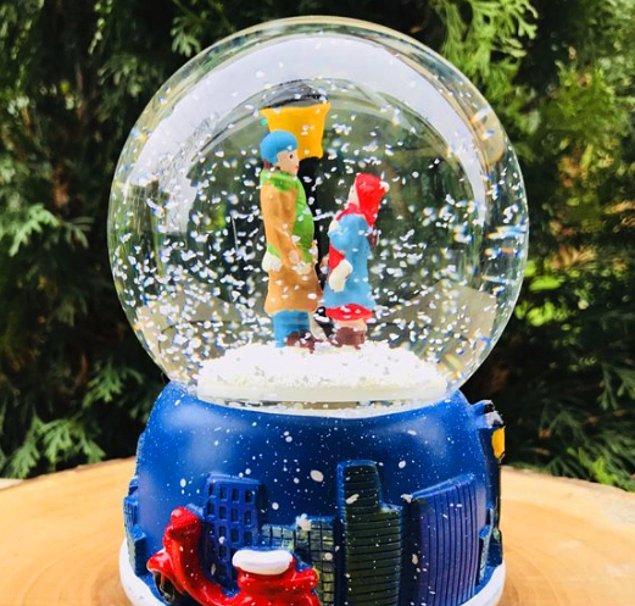 6. Daha nostaljik bir hediye arıyorsanız da bu müzikli kar küresi tam size göre!