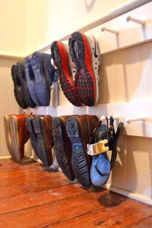 3. Ayakkabı raflarınızın yerini kancalar alsın.