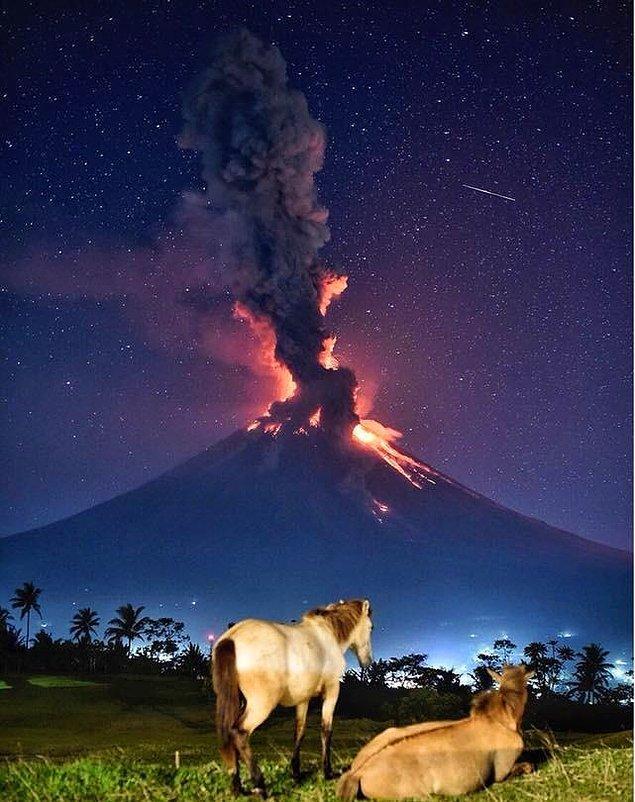 4. Filipinler'deki Mayon yanardağı, bu büyüleyici görüntüsünün yanında şu an dahi tehlike saçmaya devam ediyor.