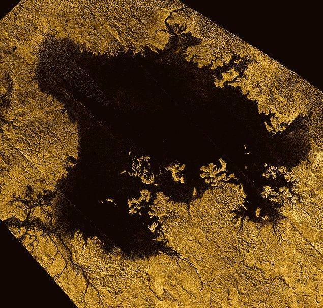 5. Titan'daki -Satürn'ün en büyük uydusundaki- denizler