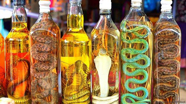 Yılan şarabından bahsedelim. Zira bu tuhaf içki halen piyasada yer alıyor.
