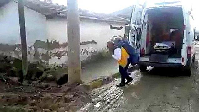 2. İnsanlık görevi: Manisa'da ambulans şoförü yol kapalı olduğu için 70 yaşındaki Muzaffer Tumlu'yu sırtında taşıdı.
