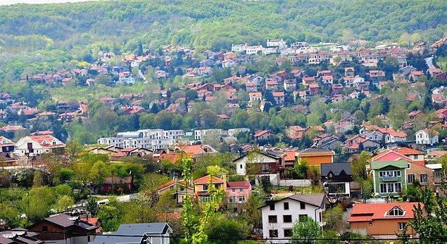 Bu semtlerden biri Zekeriyaköy. Belgrad Ormanı'nın yakınında oluşu ve kaymak tabaka diye nitelendirebileceğimiz kişilerin tercih etmesiyle epey özel bir bölge.