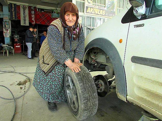 13. Eşinin hatırasını yaşatıyor: Afyonkarahisar'da 78 yaşındaki Vesile Akın, oğluna yardım etmek amacıyla tamirhanede çalışıyor, lastik değiştiriyor.