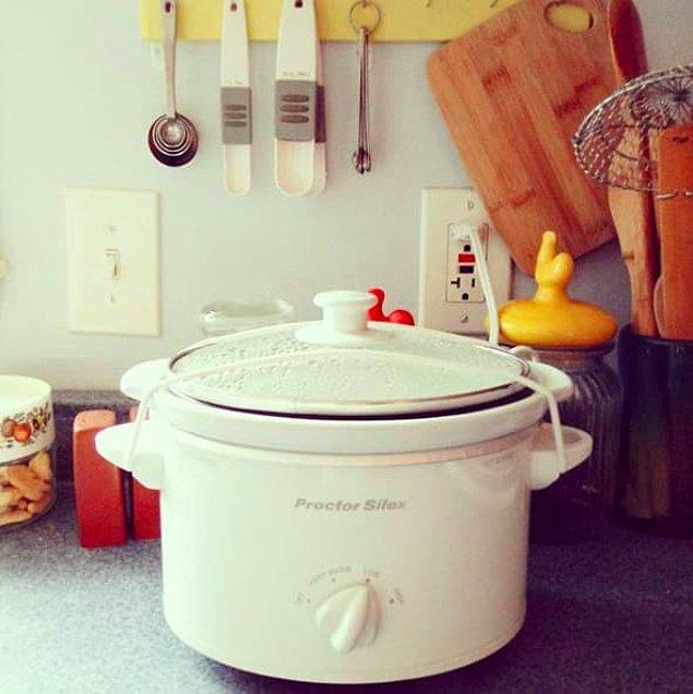 3. Kendinize küçük bir yavaş pişirici alın, böylece tam size göre bir yemeği bir gece bırakıp sabahına alabilirsiniz.