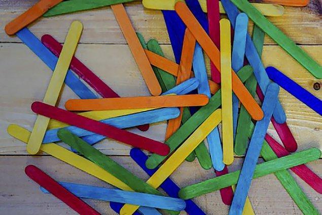 Çubukları renkli renkli boyamış. Her renk de bir kategoriyi temsil ediyor.