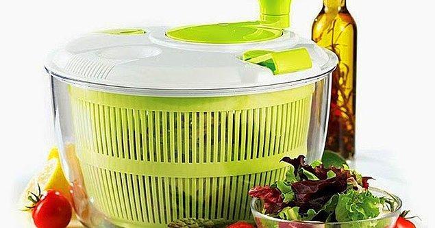 7. Bu ürünü övmeye nereden başlasam bilemiyorum... Tupperware süzgeçli salata kabı!