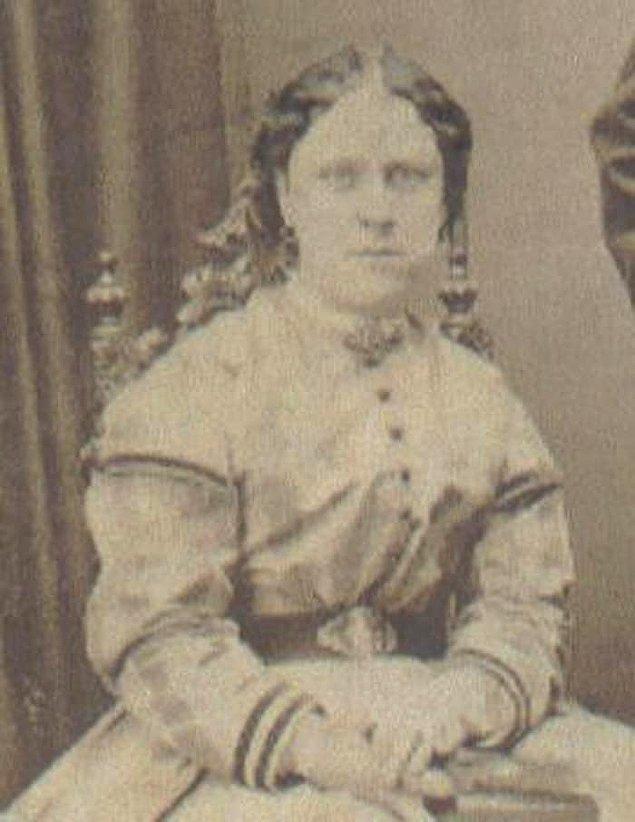 2. 8 Eylül 1888'de bulunan kurban ise Annie Chapman adında bi kadındı. Bu defa kadının boğazı kesilmiş ve rahmi yerinden çıkarılmıştı.