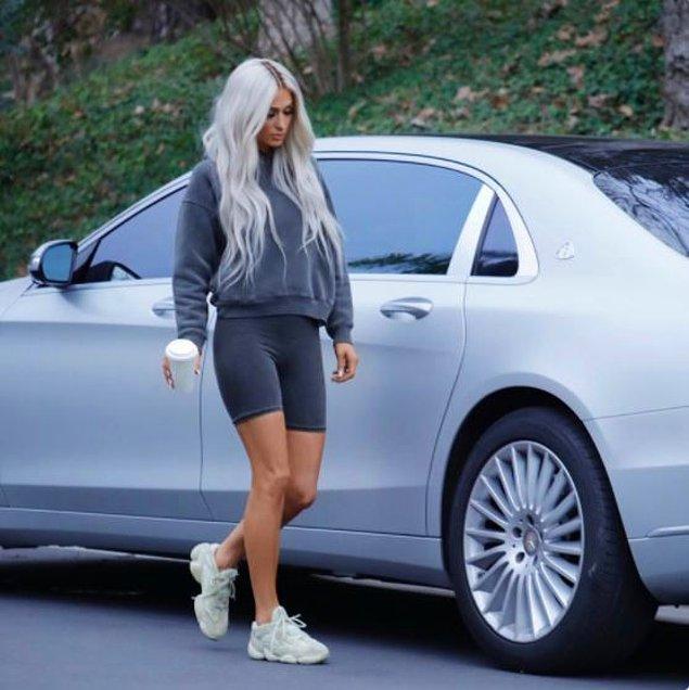 Kısaca eskiden Kim Kardashian'ı işe alan Paris Hilton bu kampanyada çalışarak Kim Kardashian tarafından işe alınmış oldu.