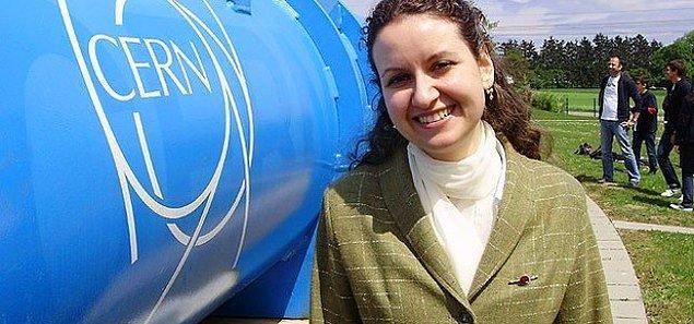 Doç. Dr. Bilge Demirköz ODTÜ'deki akademisyenliğinin yanı sıra CERN'de araştırmacı olarak görev alıyor. Geçen sene Uluslararası Bilim Kadınları Ödülleri töreninde yükselen yetenek ödülüne layık görülen ve mütevazılığın kitabını yazan akademisyen, Twitter'ı aktif olarak kullanıyor.