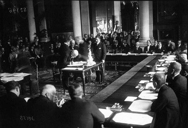 Bu politika sonucu 10 Ağustos 1920'de imza koyulan Sevr Antlaşması kelimenin tam manasıyla Osmanlı Devleti'ni yoğun bakıma sokuyordu.
