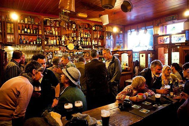 9. Dünya nüfusunun %0.7'si sürekli olarak, her an sarhoş. Bu da yaklaşık 52 milyon insan yapıyor.