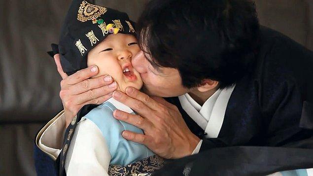 Song Il Gook, her fırsatta çocuklarına olan sevgisini göstermekten çekinmiyor.