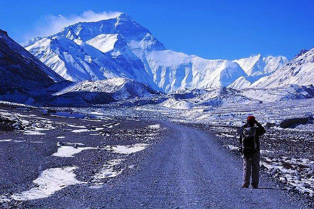 1. Everest Dağı'nın zirvesine çıkan 5 binden fazla dağcı arasında 13 yaşında bir çocuk, 73 yaşında bir kadın ve görme engelli biri bulunmaktadır.