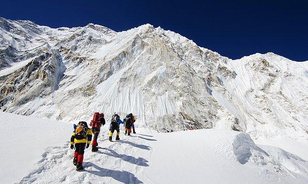 """4. Everest Dağı Tibetçede """"Evrenin Tanrıçası"""" anlamına gelen """"Chomolungma"""" olarak, Nepal'de ise """"Gökyüzünün Tanrıçası"""" anlamına gelen """"Sagarmatha"""" olarak adlandırılır."""