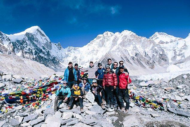 2. Everest Dağı üzerinde tırmanırken hayatlarını kaybetmiş dağcıların cansız bedeni de bulunmaktadır.