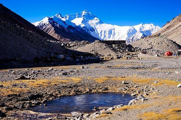 11. Everest Dağı, dünyanın en yüksek dağı olmasının yanında üzerinde bulunan 50 ton çöple Dünya'nın en kirli dağlarından biri olma özelliğini de taşımaktadır.