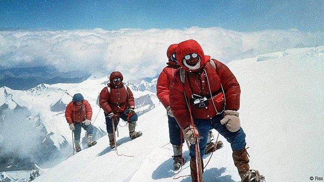 9. Everest'e tırmanmanın bedeli; eğer tek başınıza giderseniz yaklaşık olarak 30 bin $ olur.