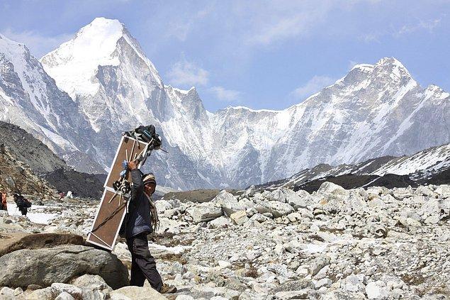 13. 2015 yılında Nepal'de gerçekleşen büyük deprem sonrasında Everest Dağı 2,5 santimetre alçalmıştır.