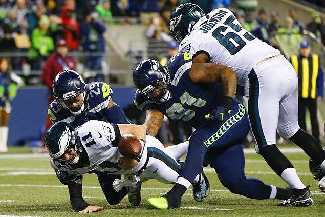 Bu yıl 52'ncisi düzenlenen mücadelede, ABD Ulusal Futbol Ligi'nde (NFL) normal sezonu 13 galibiyet, 3 yenilgiyle kendi konferanslarında zirvede tamamlayan Philadelphia Eagles ve New England Patriots karşı karşıya geldi.