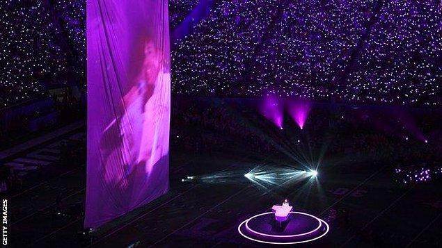 konser sırasında Nisan 2016'da hayatını kaybeden ABD'li pop yıldızı Prince'in sahneye yansıtılan fotoğrafı ve silüeti Prince ile özdeşleşen mor ışıklarla aydınlatıldı.