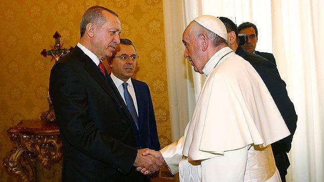Papa, Apostol Sarayı'nda, konuklarını ağırladığı Kütüphane Salonu'ndaki görüşme öncesinde Cumhurbaşkanı Erdoğan'ı kapıda karşıladı.